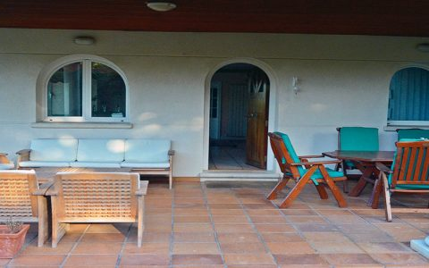 Terraza Porche con barbacoa, comedor y jardín